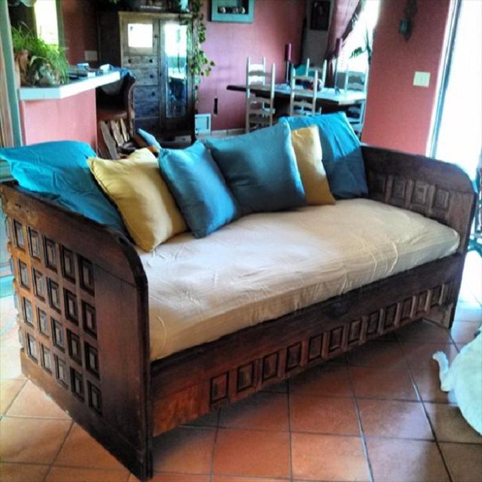 Прекрасное оформление диванчика с интересными подушками, что станет просто отличным решением для оформления комнаты.