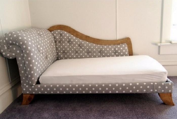Интересный вариант оформить диванчик в сером цвете в горошек, стильное и прекрасное решение.