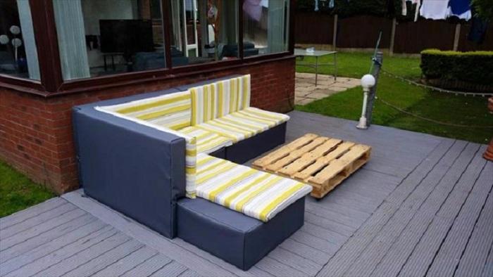 Светлый прекрасный диванчик-уголок, который станет просто идеальным вариантом для декора.