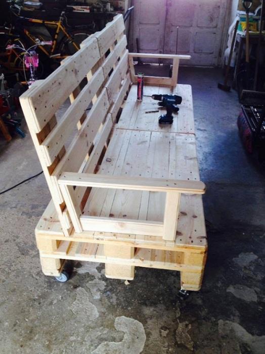Отличное решение преобразить интерьер при помощи создания диванчика из европоддонов.