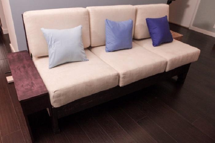 Оптимальное решение создать диванчик с деревянной основой в кремовом цвете, что порадует и успокоит одновременно.
