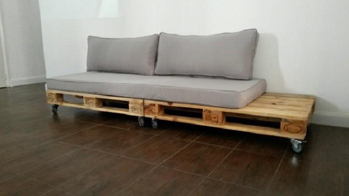 Простое и тактичное решение создать диванчик из поддонов в светло-сером цвете, то что создаст легкую и отличную атмосферу.