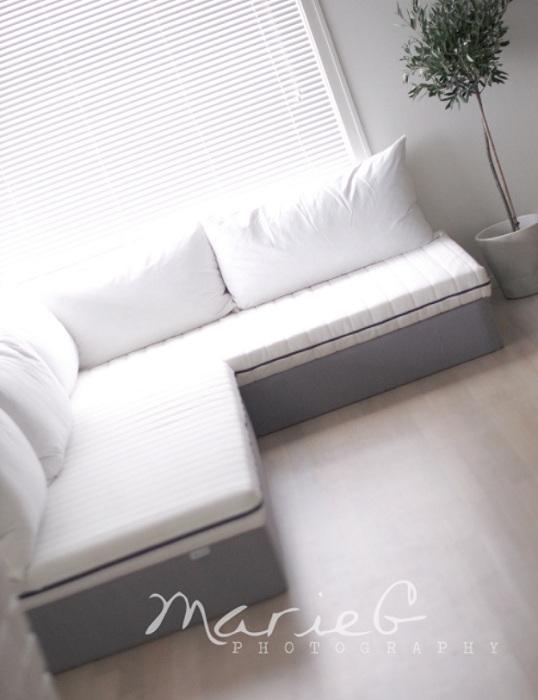 Светлая белоснежная комната просто и комфортно благоустроена при помощи легких и нежных тенденций в оформлении интерьера.