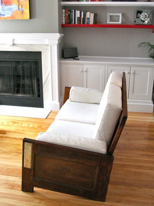 Оригинальный мини-диванчик белого цвета с деревянной основой, то что понравится точно.