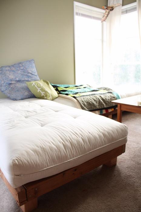 Прекрасный вариант создать интересную обстановку в комнате благодаря необычному дивану, который преобразит интерьер.