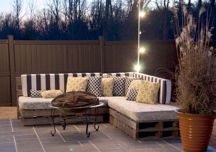 Просто отличное решение создать диван-уголок на улице, в саду или около дома, что точно понравится.