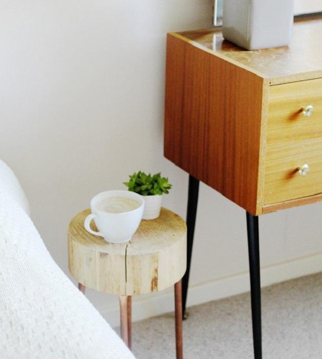 Компактный столик для чашечки ароматного кофе или чая, станет прекрасным дополнением интерьера дома.