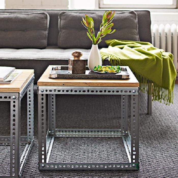 Интересное сочетание деревянной столешницы с металлическим каркасом мини-столика для уютной комнаты.
