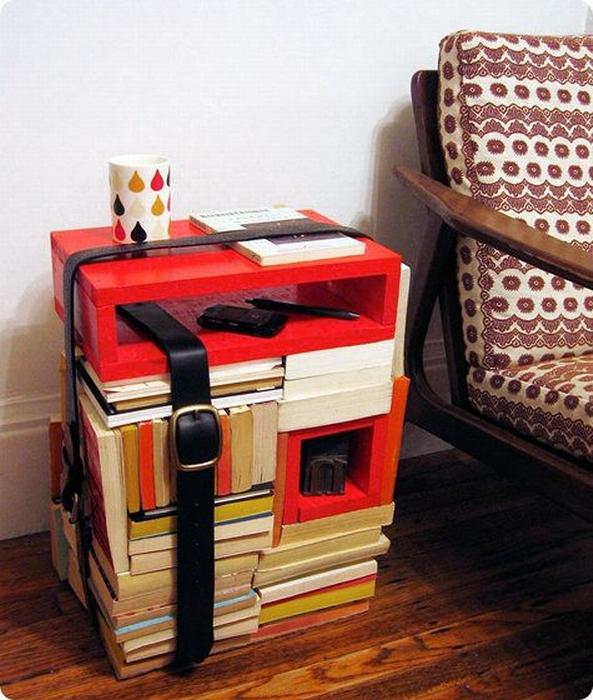 Шикарный столик из книг, оптимально впишемся в домашнюю обстановку.
