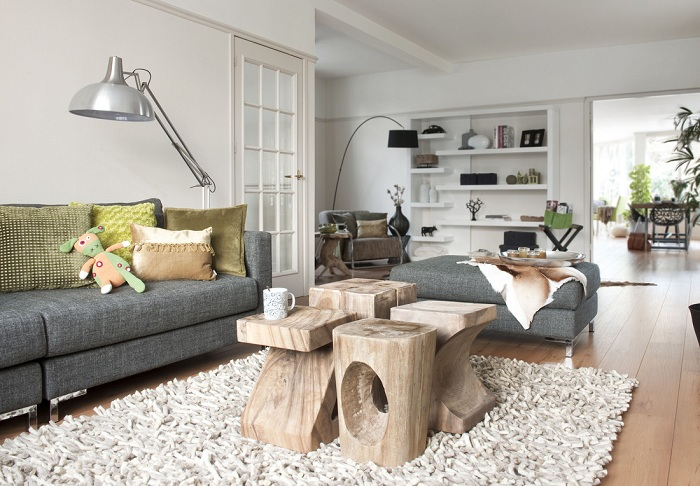 Интересное сочетание деталей интерьера мебели подчеркивают очарование этой гостиной.