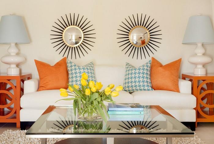 Яркие декоративные элементы этой гостиной комнаты в сочетании со стеклянным столом вносят свое настроение.