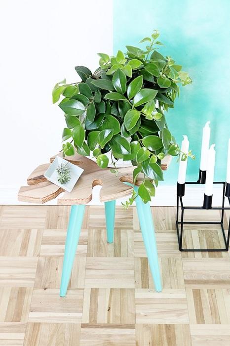 Мини-столик выполнен в симпатичном мятном цвете с прекрасной столешницей из дерева в форме листика.