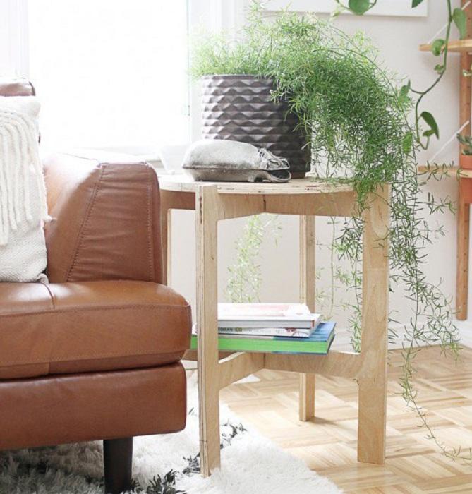 Чудесный столик который будет радовать глаз не один день, выполнен из дерева и является сочетанием столика для цветов и полочки для книг.