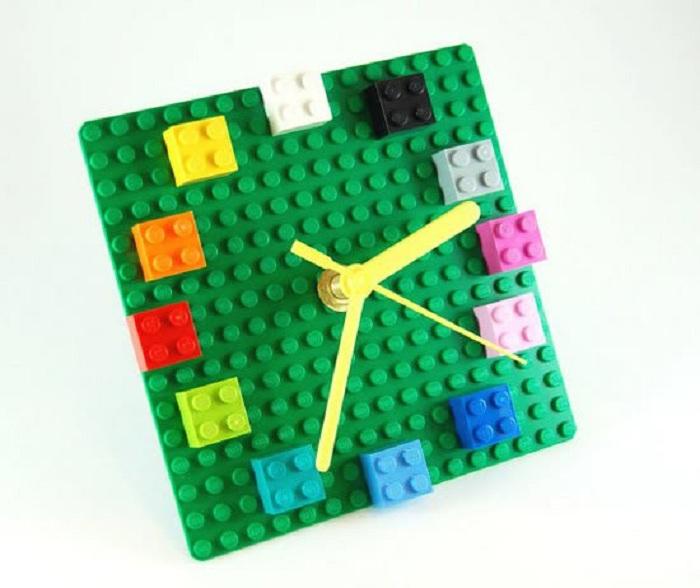 Интересные часы для дома выполнены из конструктора Lego.