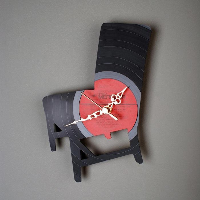 Яркое решение создать часы из виниловых пластинок различной необычной формы.