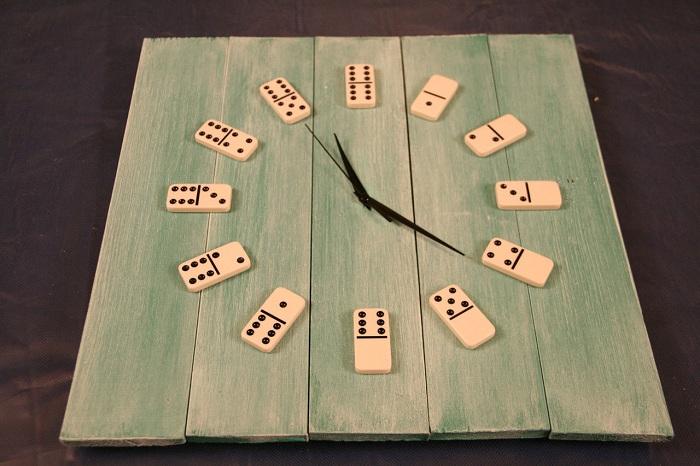 В домино можно не только играть, но и создать при помощи него интересные часы.