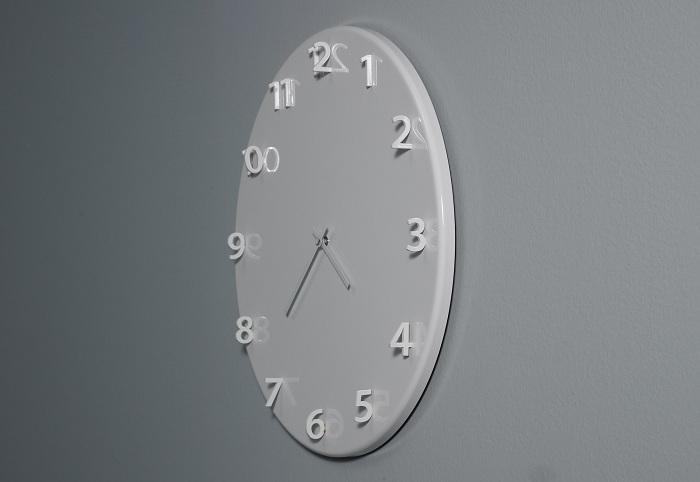 Необычные белые часы, которые освежат интерьер любой комнаты.