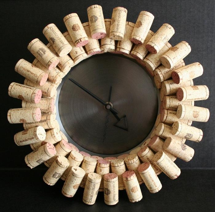 Часы возможно создать даже из винных пробок, то что создаст интересную атмосферу.