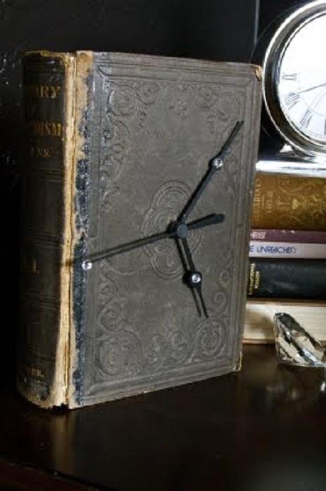 Старая обложка книги может стать отличными современными часами.