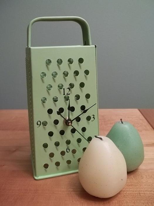 Старая терка может стать в перспективе отличными кухонными часами.