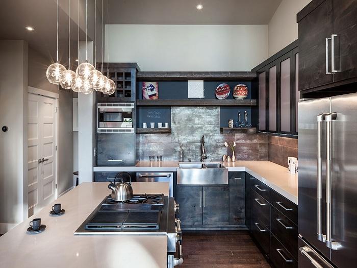 Крутой пример оформления кухни в современном оформлении с оригинальными светильниками.