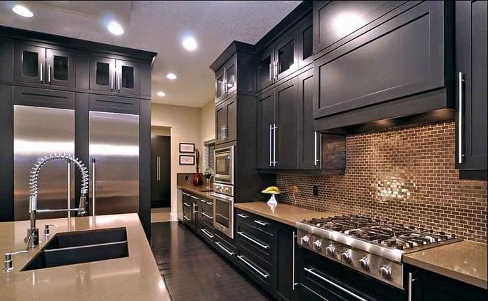 Крутое и невероятное решение облагородить интерьер с помощью нестандартного оформления кухни в темных тонах.