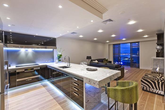 Оригинальное и очень красивое преображение кухни благодаря оформлению её креативной подсветкой.
