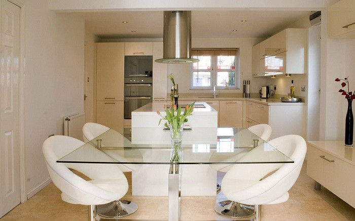 Оформление кухонного пространства за счет светлых цветовых решений, что станет лучшим примером декора.