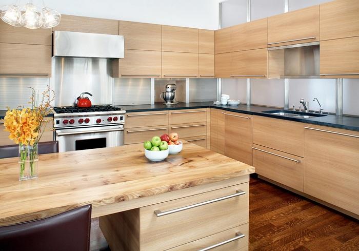 Очень красивая и светлая кухня, которая оформлена при помощи дерева.