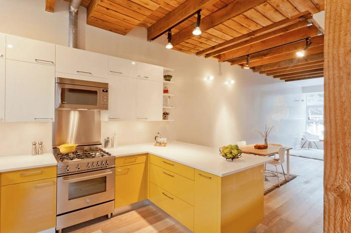 Милое решение создать такой крутой интерьер кухни в желто-белых тонах.