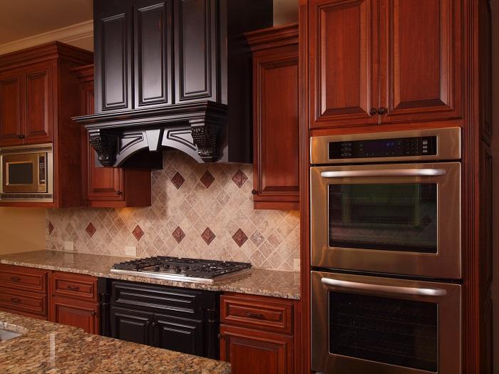 Преобразить интерьер кухни возможно с помощью использования интересных и натуральных деревянных текстур.