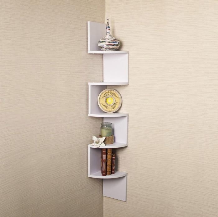 Преобразить угол любой комнаты возможно благодаря размещению там угловой крутой полки.