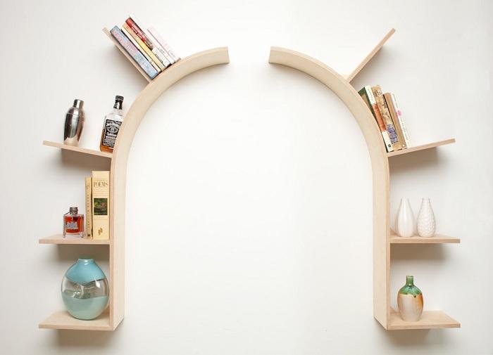 Интересный вариант создать крутой интерьер комнаты благодаря нестандартной арки из полок.