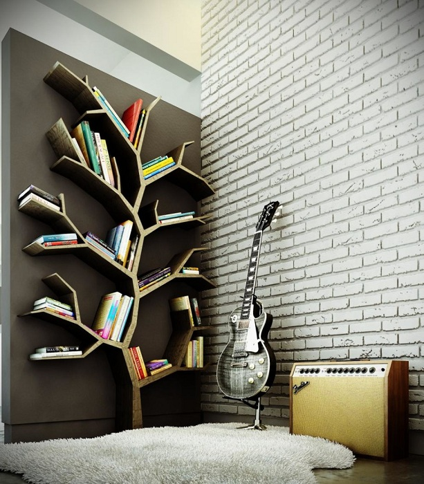 Хороший вариант создания комфортной обстановки в комнате с помощью полок в виде дерева.