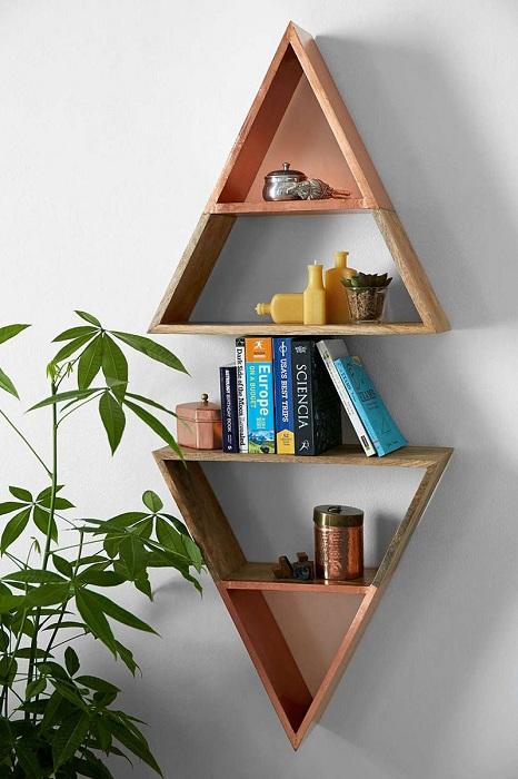 Крутой вариант обустроить стену комнаты с помощью красивых треугольных полок.