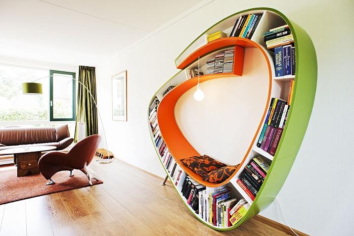 Интересный пример декорирования комнаты с помощью такой крутой полки.