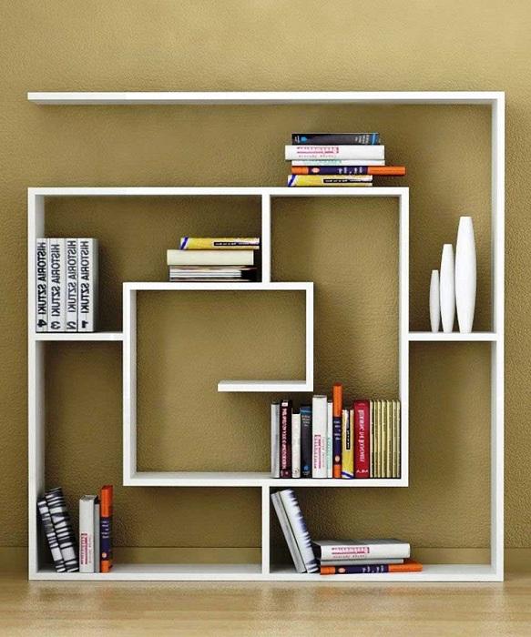 Хорошенький пример обустройства комнаты оригинальной стенкой для хранения нужных вещей.