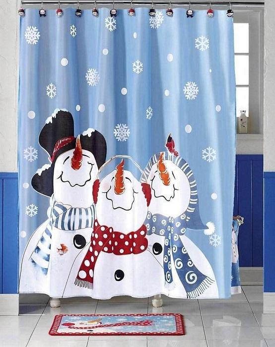 Оригинальный принт на шторах с изображением снеговиков.