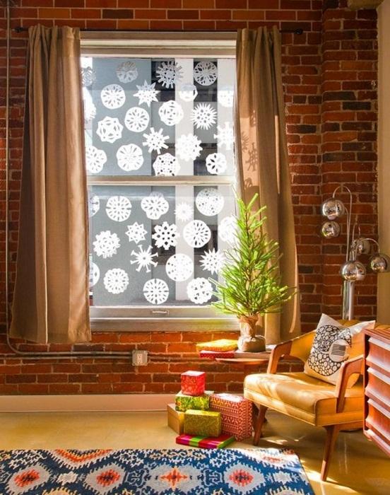 Украшение окна с помощью снежинок из бумаги.