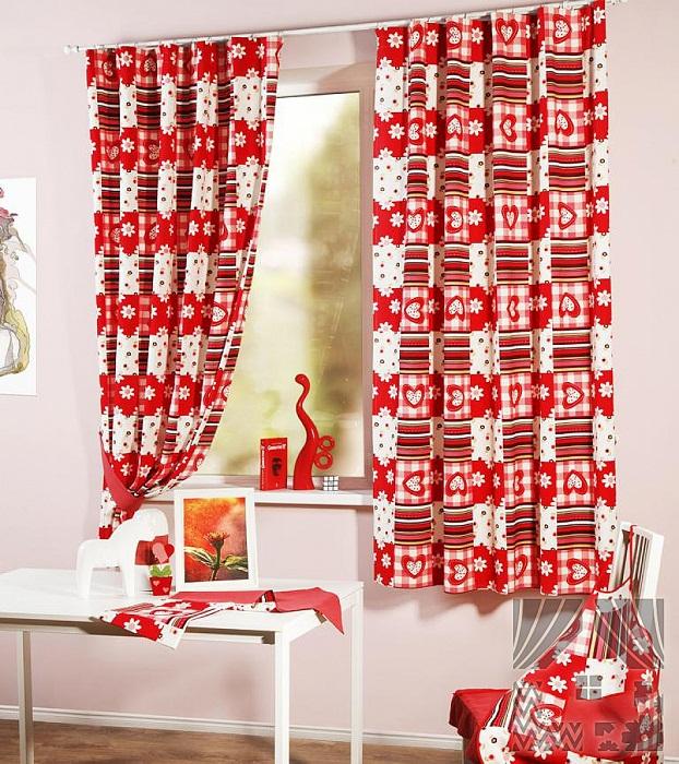 Яркие шторы с красным орнаментом создадут сказочную праздничную обстановку.