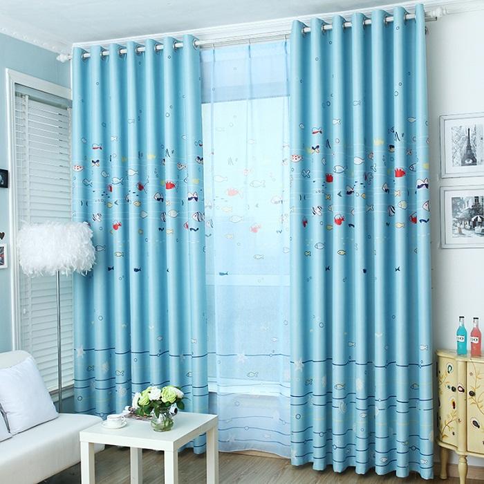 Отличный пример оформления комнаты с новогодней тематикой и нежно-голубыми шторами.