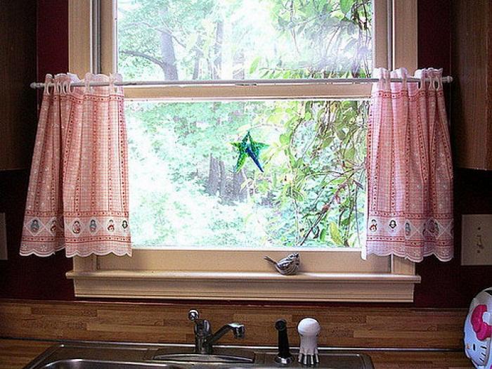 Небольшие кухонные шторки с новогодними рисунками добавляет сказочной праздничной обстановки.