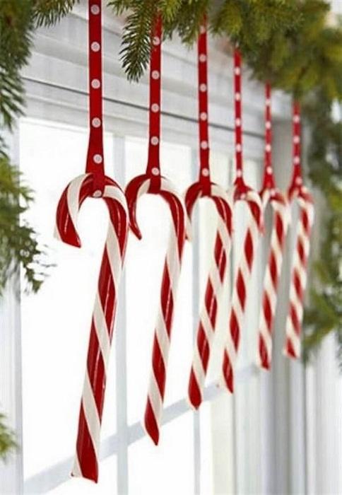 Украсить окно можно рождественскими конфетками.
