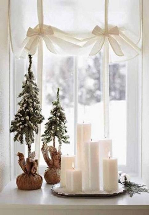 Легкая и нежная атмосфера создана благодаря рождественскому декору окна.
