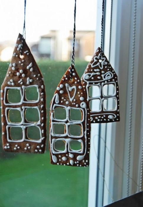 Украсить окно можно рождественскими вкусностями.