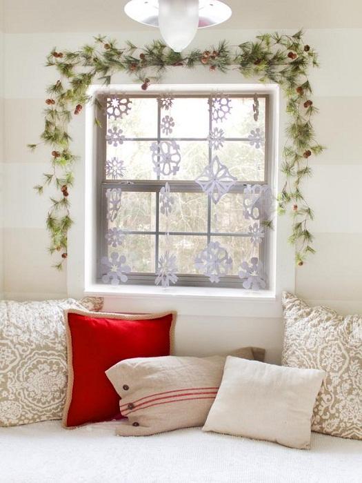 Новогоднее настроение создадим благодаря симпатичному декору окна.