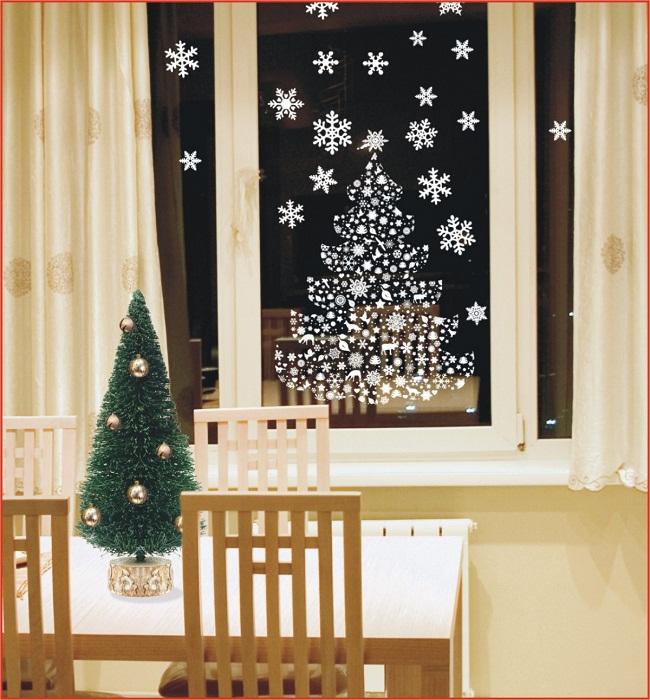 Декор окна с елью и снежинками из бумаги.