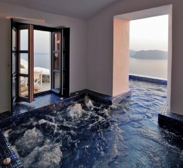 Гидромассажная ванная, которая открывает прекрасные виды за окном.