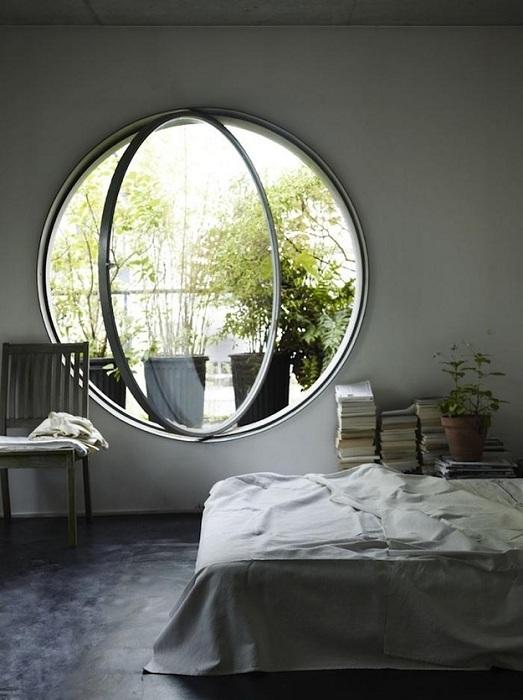 Оригинальное круглое окно в спальной, которое станет просто находкой для оформления комнаты для сна.