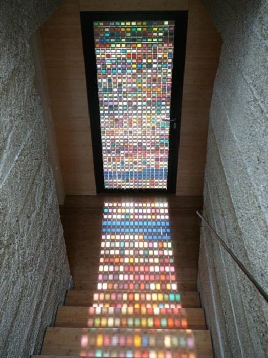 Симпатичное решение для создания стеклянной двери с мозаикой, что станет просто находкой для интерьера.